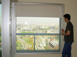 vista frontal cortinas blackout hacia exterior en living