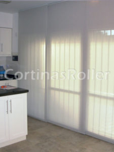cortinas de tipo paneles orientales en cocina