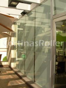 Foto con vista exterior de cortinas roller colocadas en un local comercial